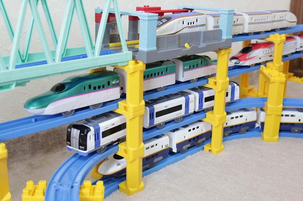 縦並びで4台のすれ違いと立体交差-立体レイアウト